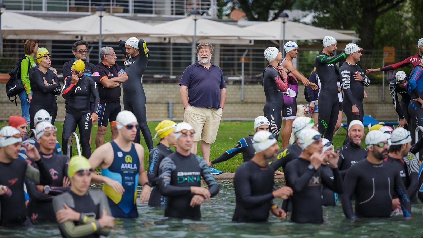 L'entrenador Leo Armentano observant els esportistes durant la Triatló de Banyoles del juny del 2018. / DAVID BORRAT