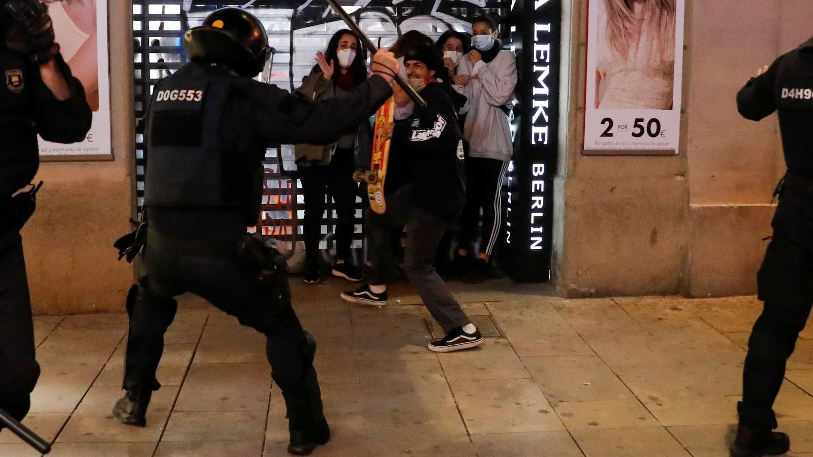 Un mosso carregant contra un dels manifestants