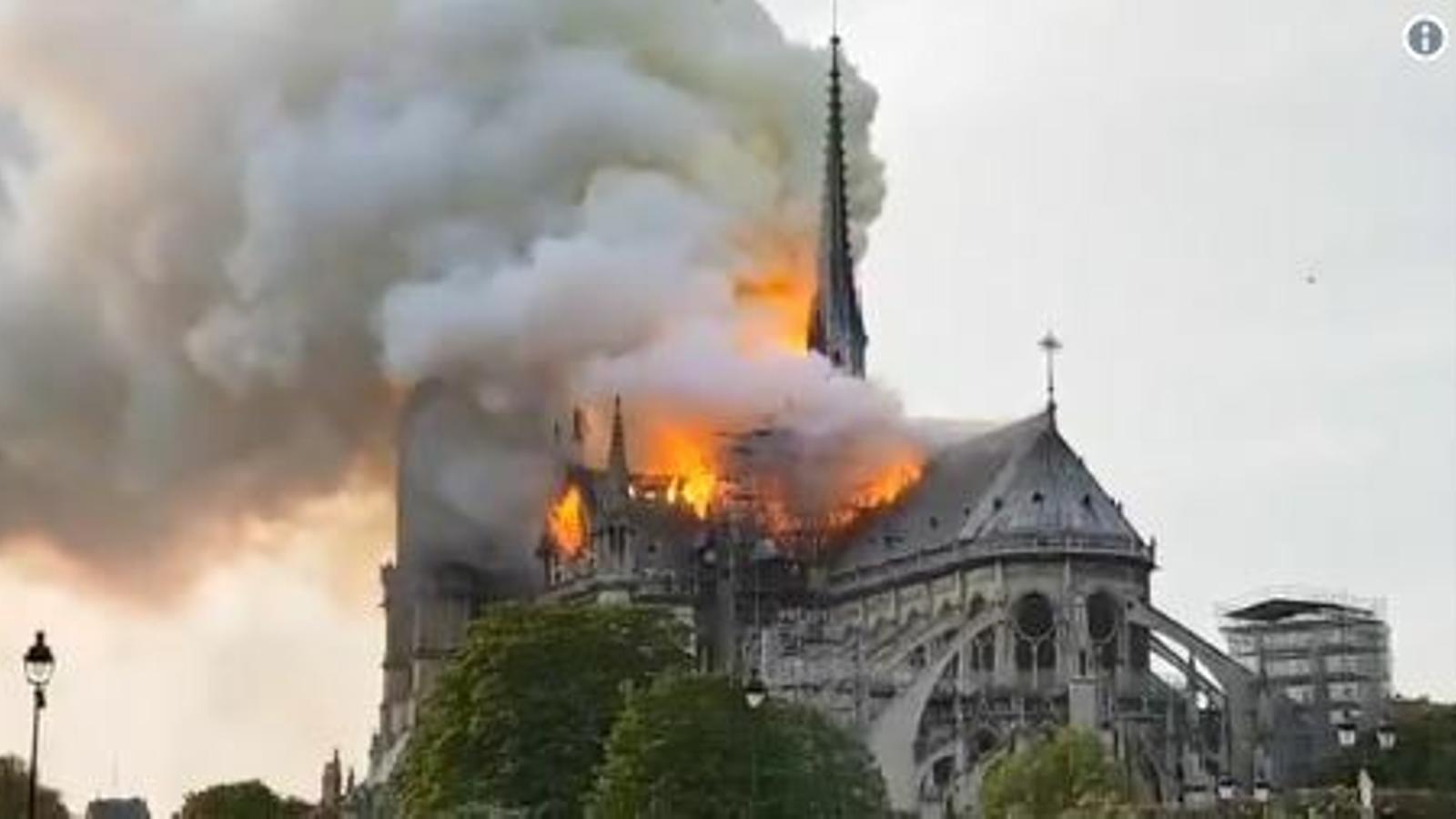 La catedral de Notre-Dame en flames