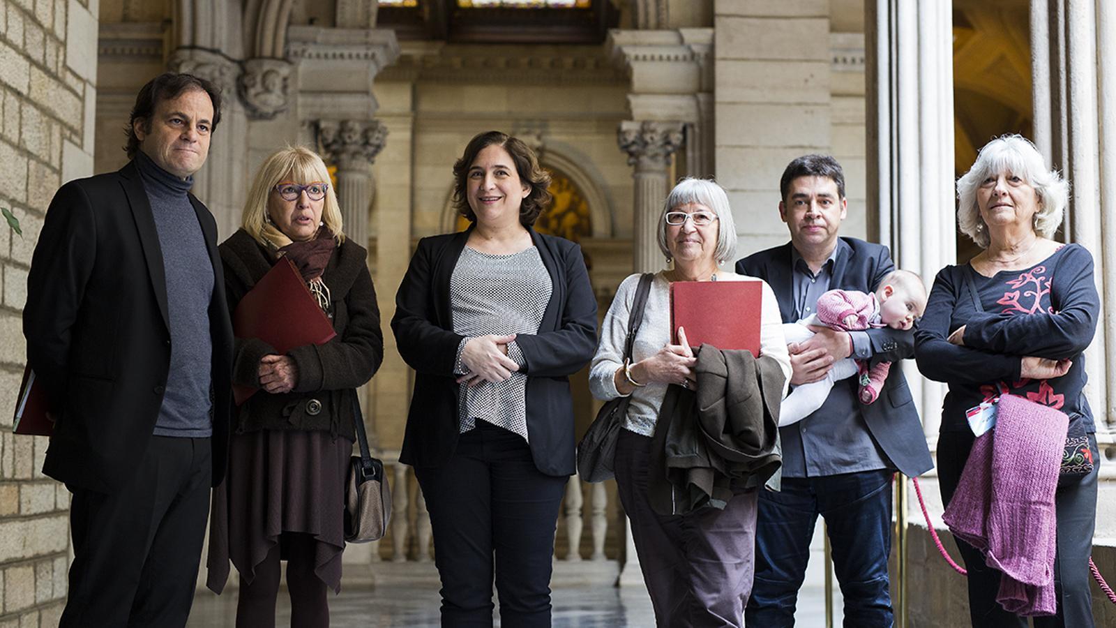 Les germanes de Salvador Puig Antich amb Jaume Asens i Ada Colau / FRANCESC MELCION