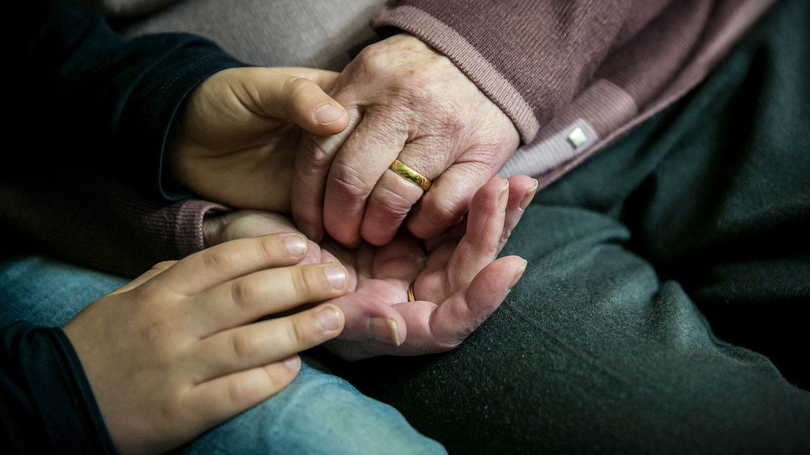 Un nen agafa la mà de la seva àvia que pateix Alzheimer
