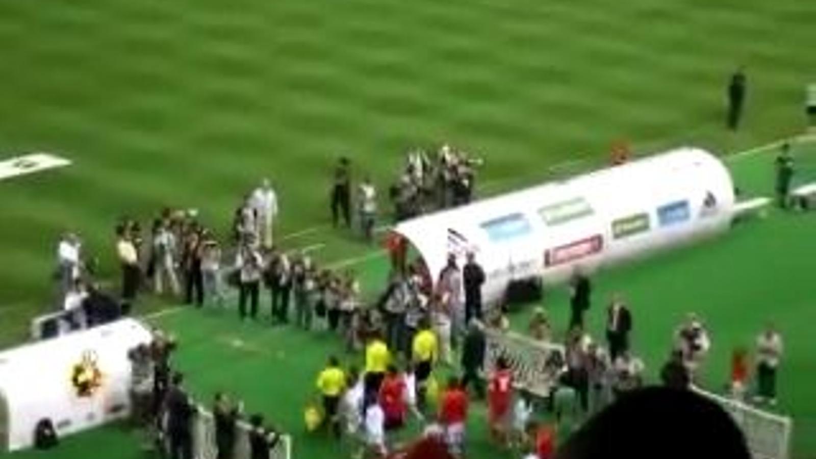Xiulets a l'himne de la Xina a l'estadi de La Cartuja de Sevilla
