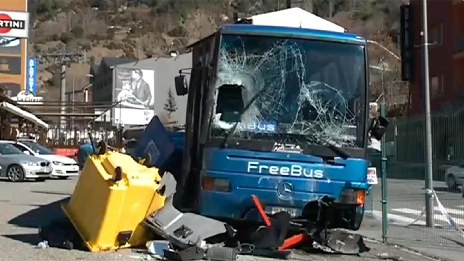 L'aytobús accient a Encamp. / RTVA