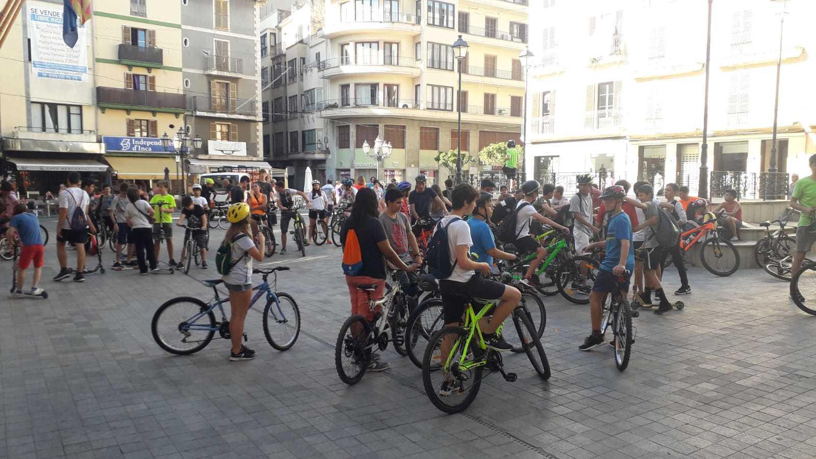 Estudiants arribats a la plaça de l'Ajuntament per reclamar més espai per les bicicletes.