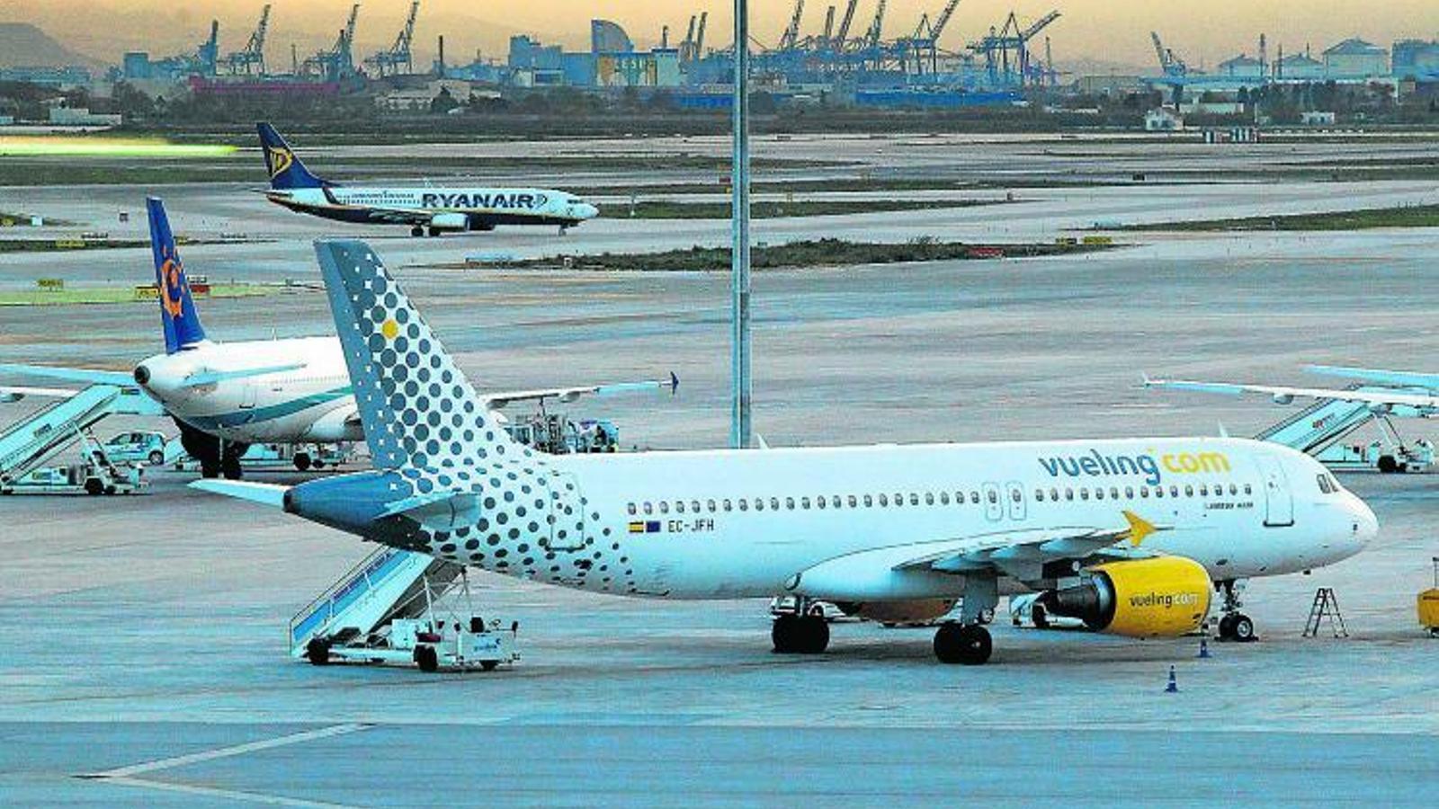 Un dels avions de Vueling a l'aeroport del Prat.