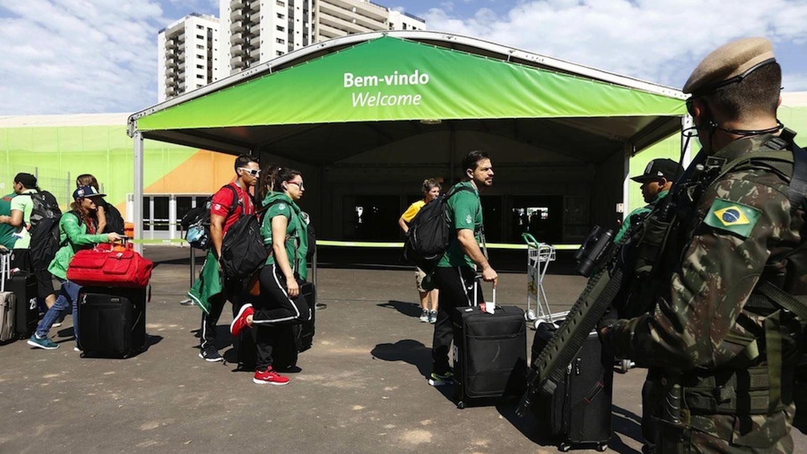 Dos policies vigilen l'arribada d'esportistes mexicans a la Vila Olímpica