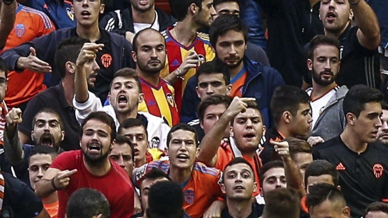 El València té la imatge del seguidor que va llançar l'ampolla d'aigua als jugadors del Barça