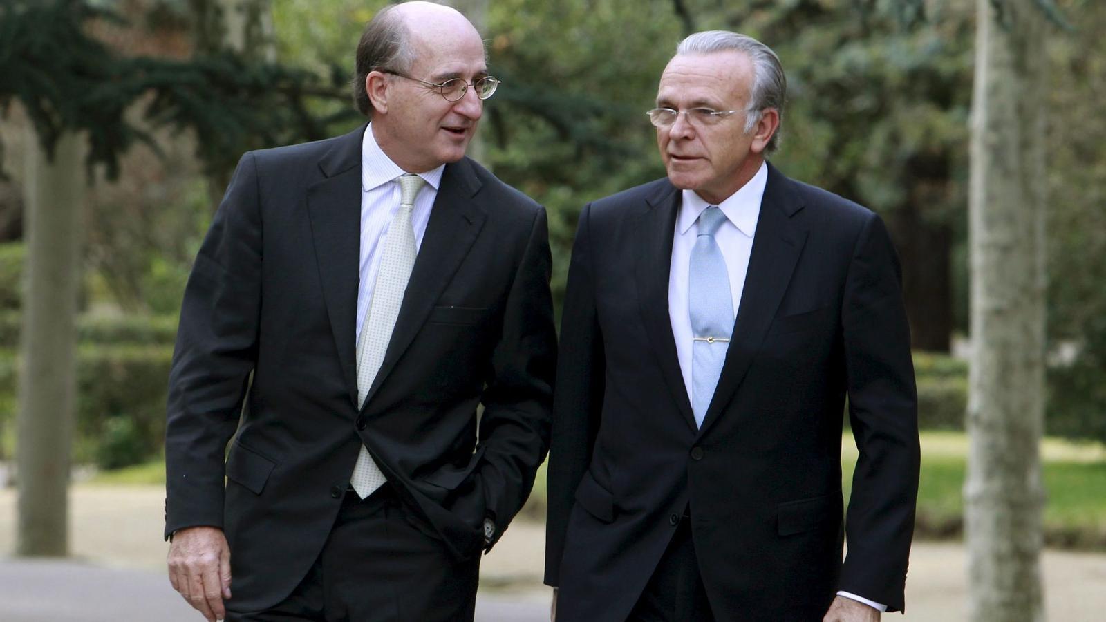 UNA RELACIÓ PROFESSIONAL DE MÉS DE VINT ANYS   El president de CaixaBank, Isidre Fainé (dreta), i el president executiu de Repsol, Antoni Brufau, van treballar plegats a la Caixa entre el 1988 i el 2004, quan Brufau va accedir a la presidència de Repsol. Eren els directors generals de l'entitat financera. A la imatge, tots dos arribant a la Moncloa el 2010 en una trobada empresarial convocada per Zapatero.