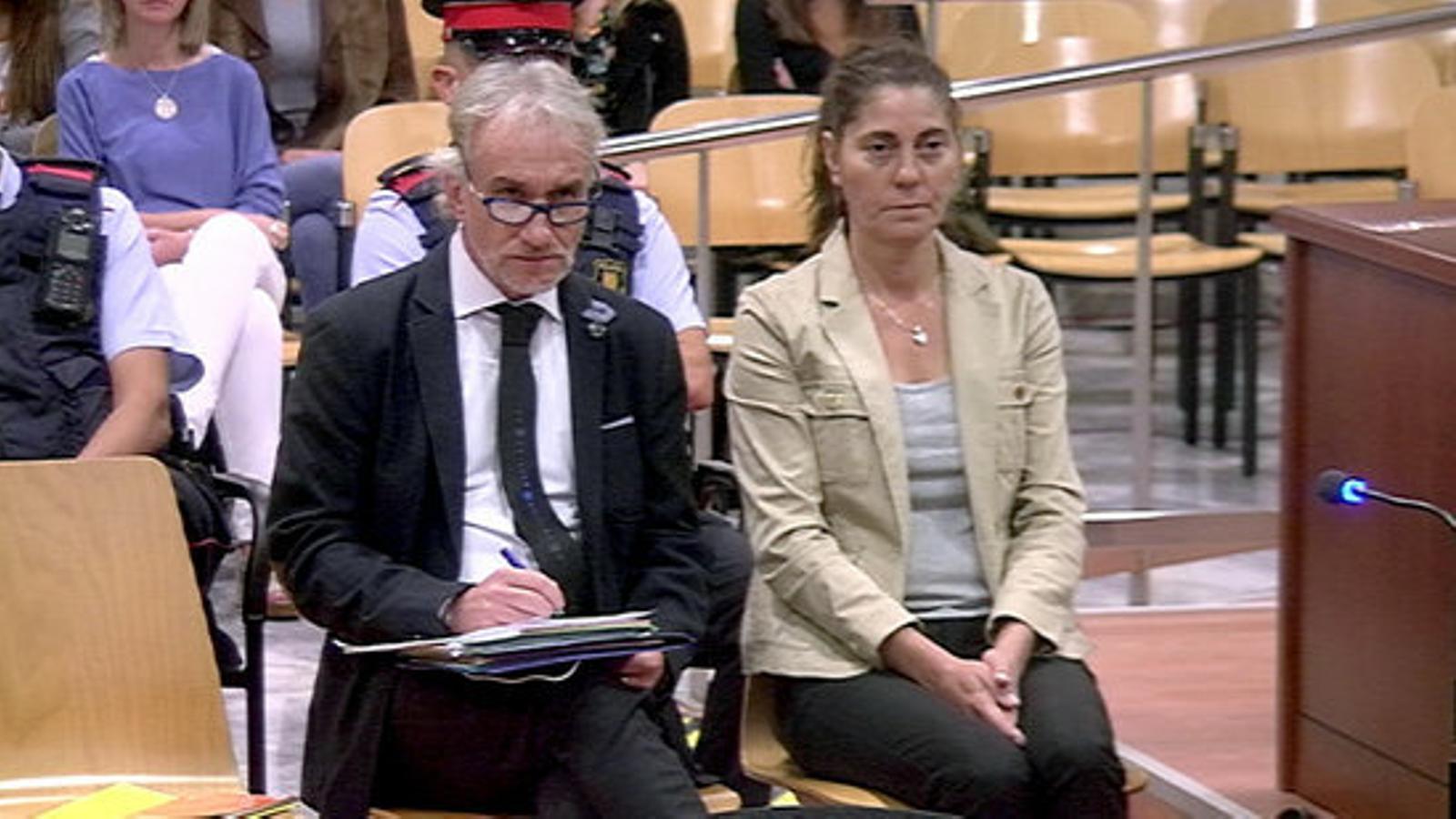 Els pares de la Nadia, asseguts al banc dels acusats a l'Audiència de Lleida. / ACN