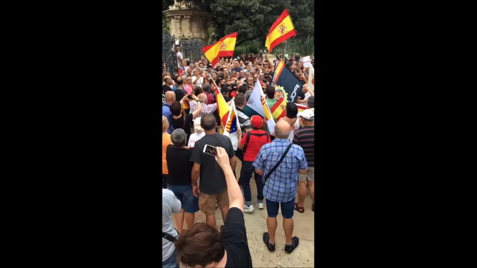 Manifestants espanyolistes criden fora a un home a la Ciutadella