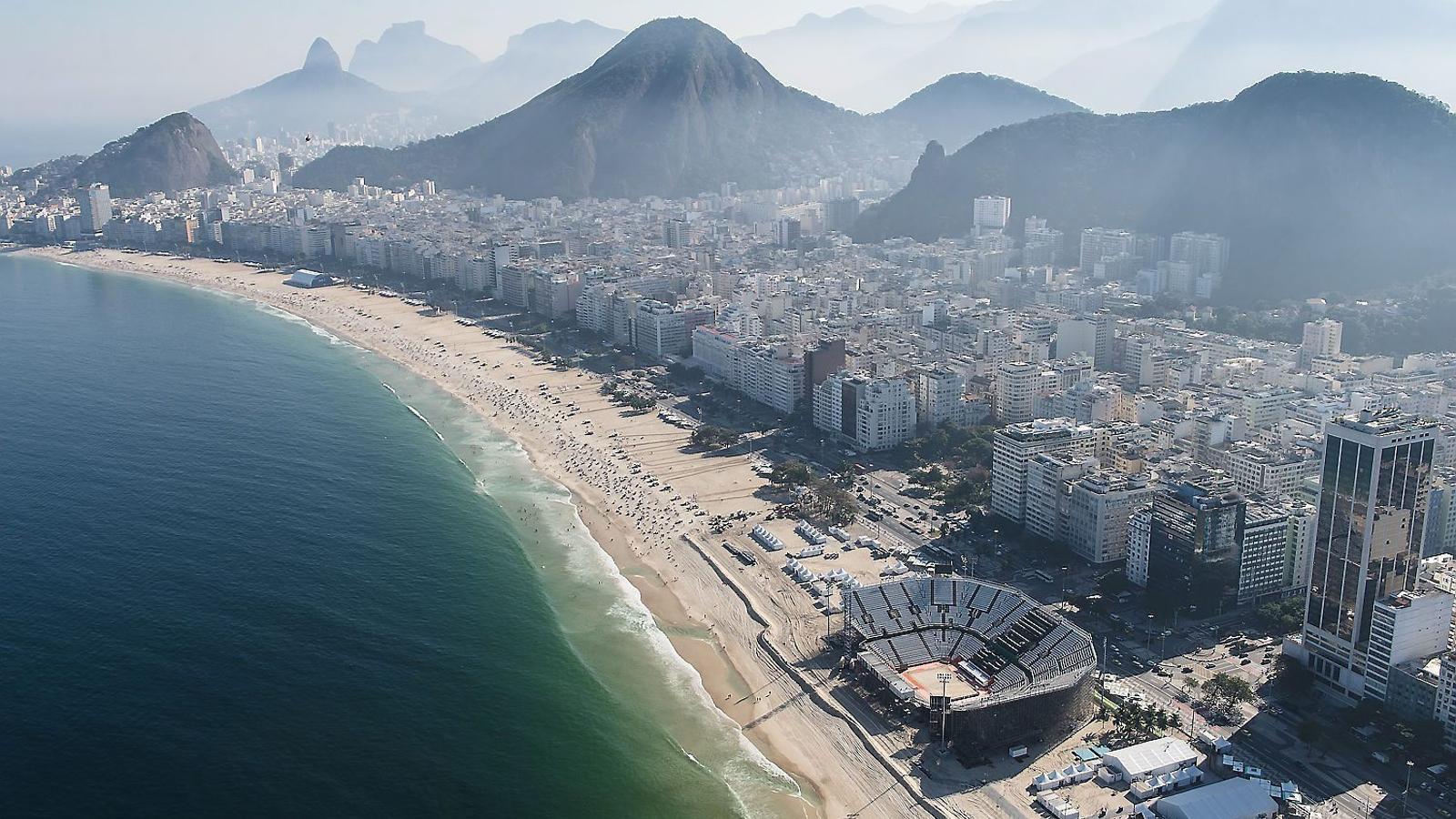 Visió aèria de la platja de Copacabana, amb l'estadi que acollirà els partits de voleibol platja, a Rio de Janeiro.