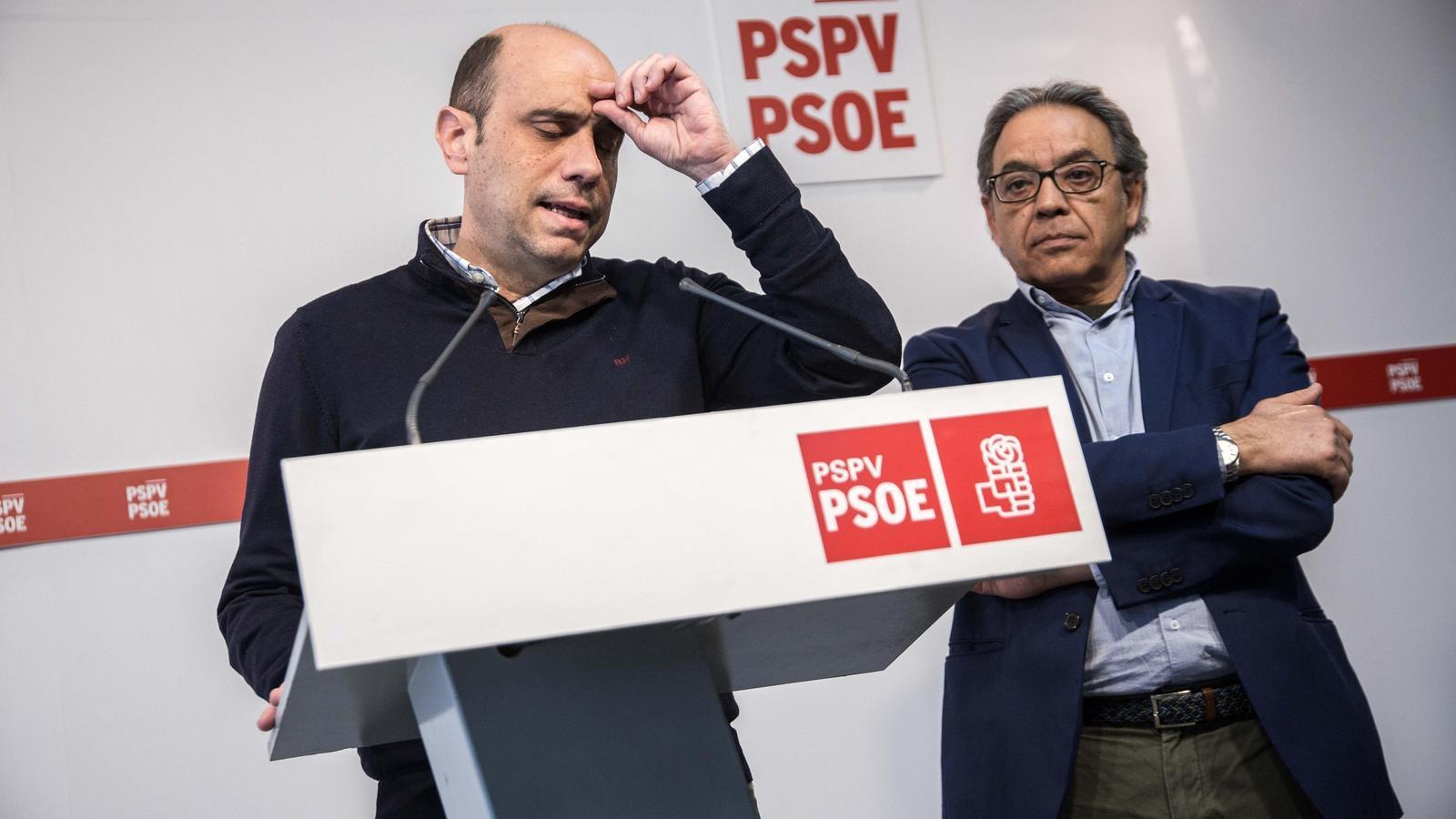 L'encara alcalde d'Alacant, Gabriel Echávarri, acompanyat del vicesecretari del partit, Manolo Mata.