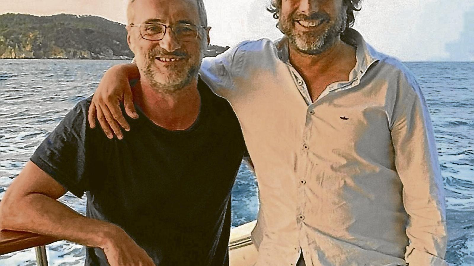 David Noguera (a l'esquerra) i el seu amic Amadeu Monsó al mar.