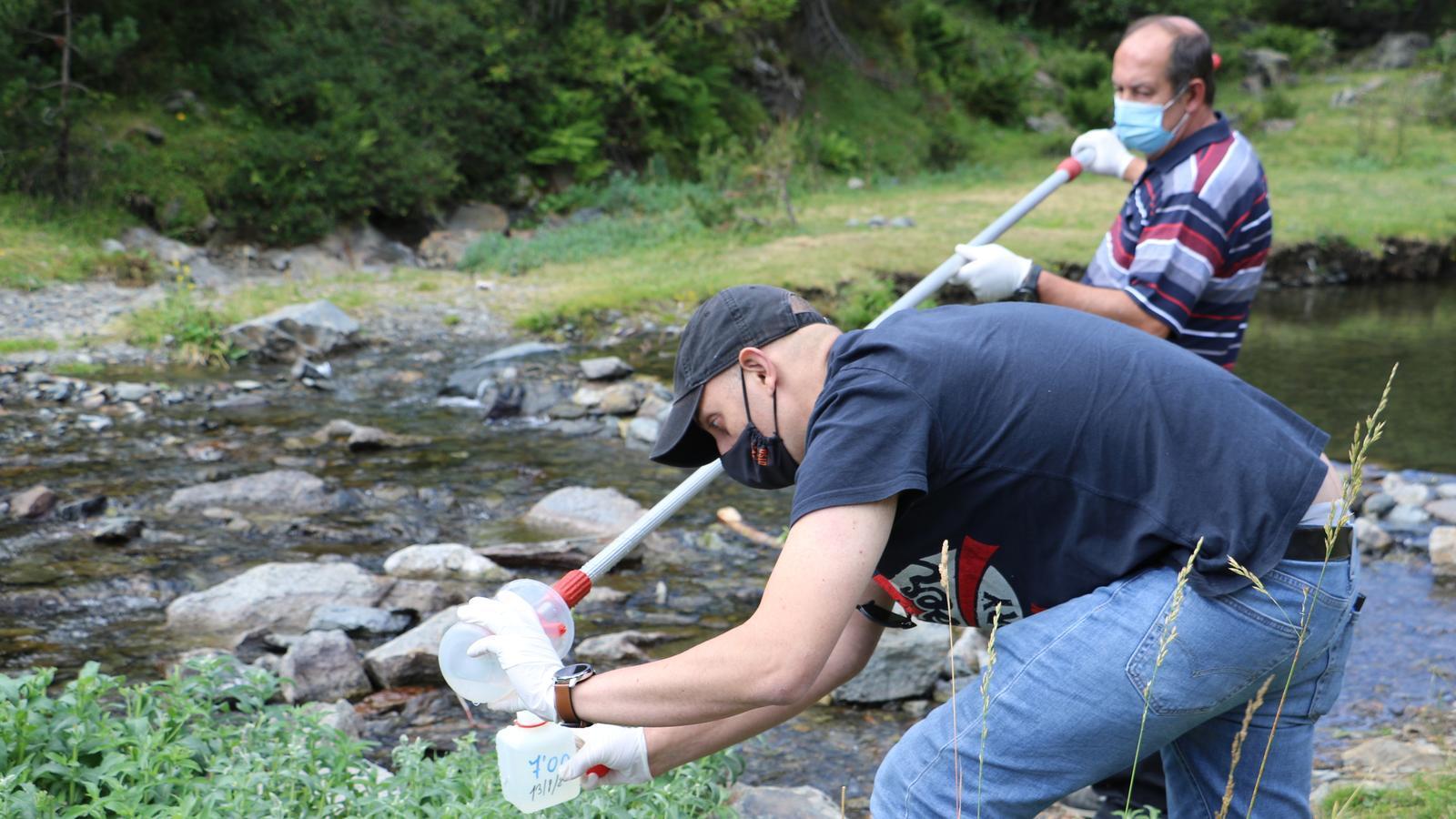 Dos tècnics de Medi Ambient agafen mostres d'aigua en una de les 37 estacions repartides pel país. / E.C. (ANA)