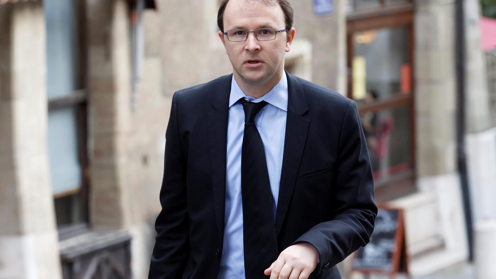 Yves Bertossa, arribant a la seu del Tribunal Federal, a Ginebra, Suïssa