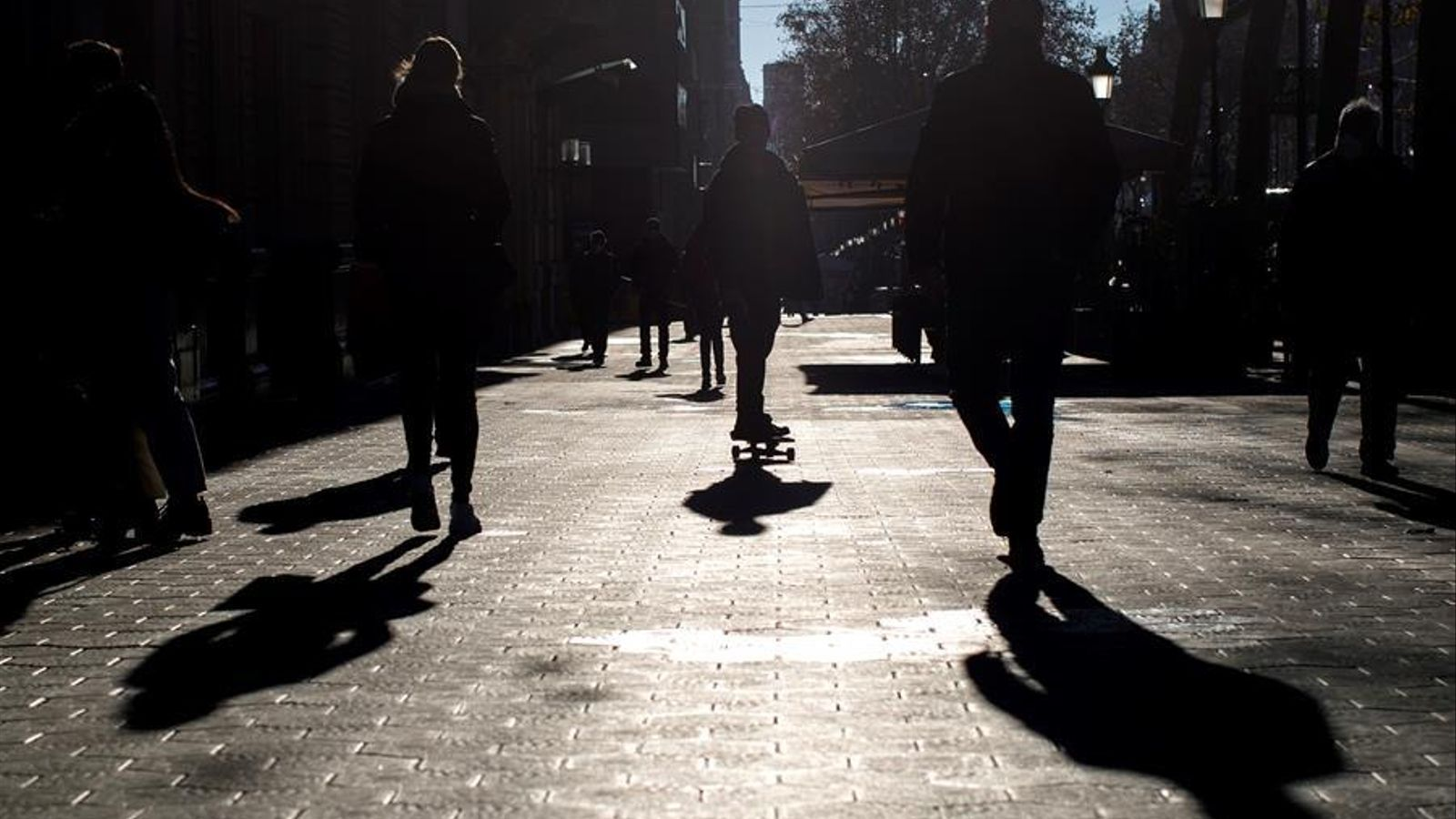 Diverses persones passegen pel Passeig de Gràcia de Barcelona, aquest dimecres