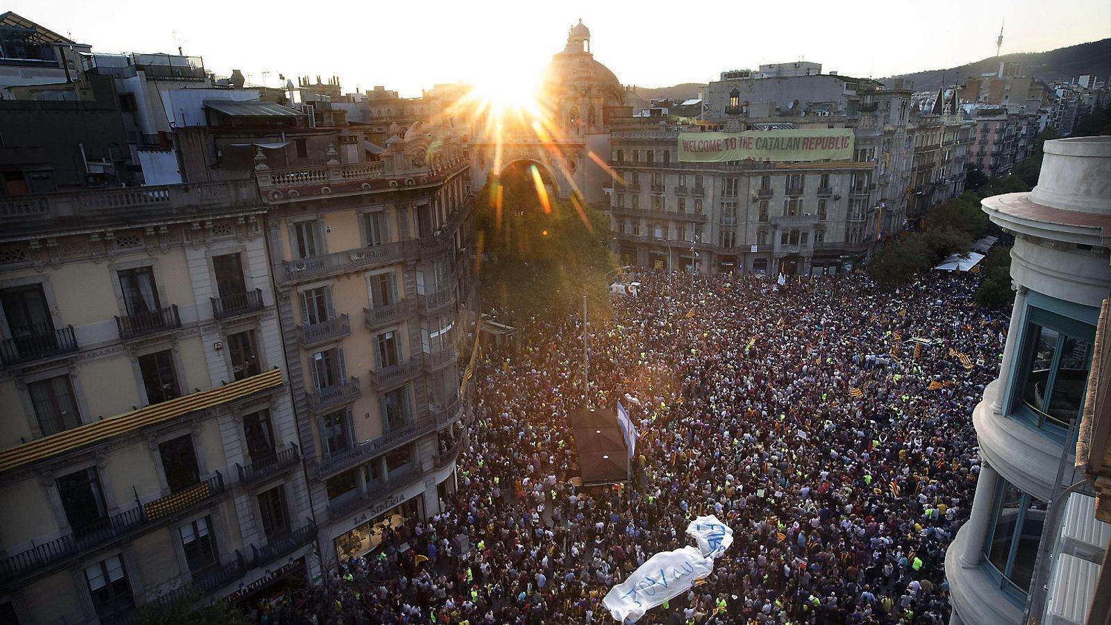 Milers de ciutadans van concentrar-se davant la seu del departament d'Economia durant tot el 20 de setembre de 2017 per protestar contra l'operatiu policial contra l'1-O. / ALEJANDRO GARCÍA / EFE