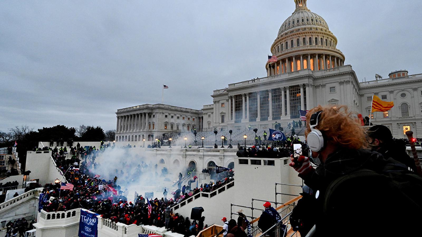 El Capitoli envaït pels seguidors de Donald Trump a dins i fora