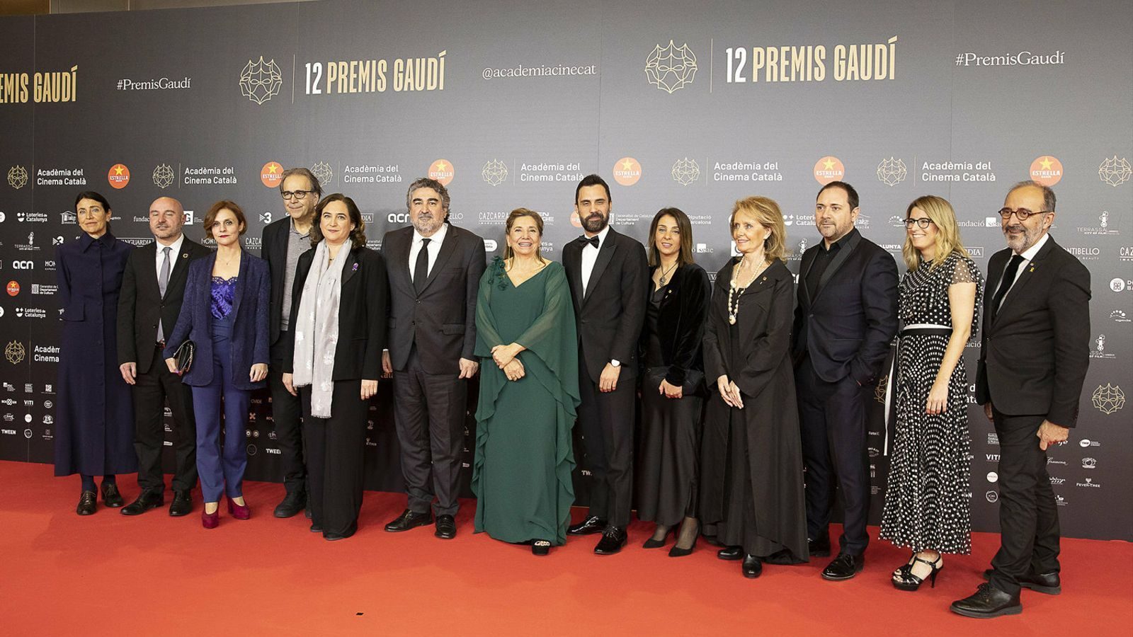 Isona Passola amb la classe política: a la seva dreta, Rodríguez Uribes i Colau; a l'esquerra, Torrent, Budó i Vilallonga.