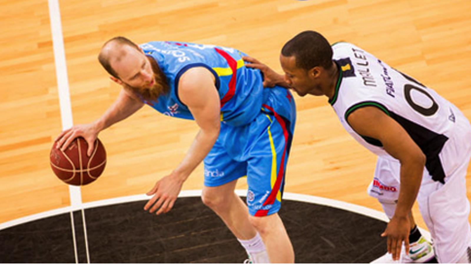 Mallett, defensa una jugada del Morabanc Andorra