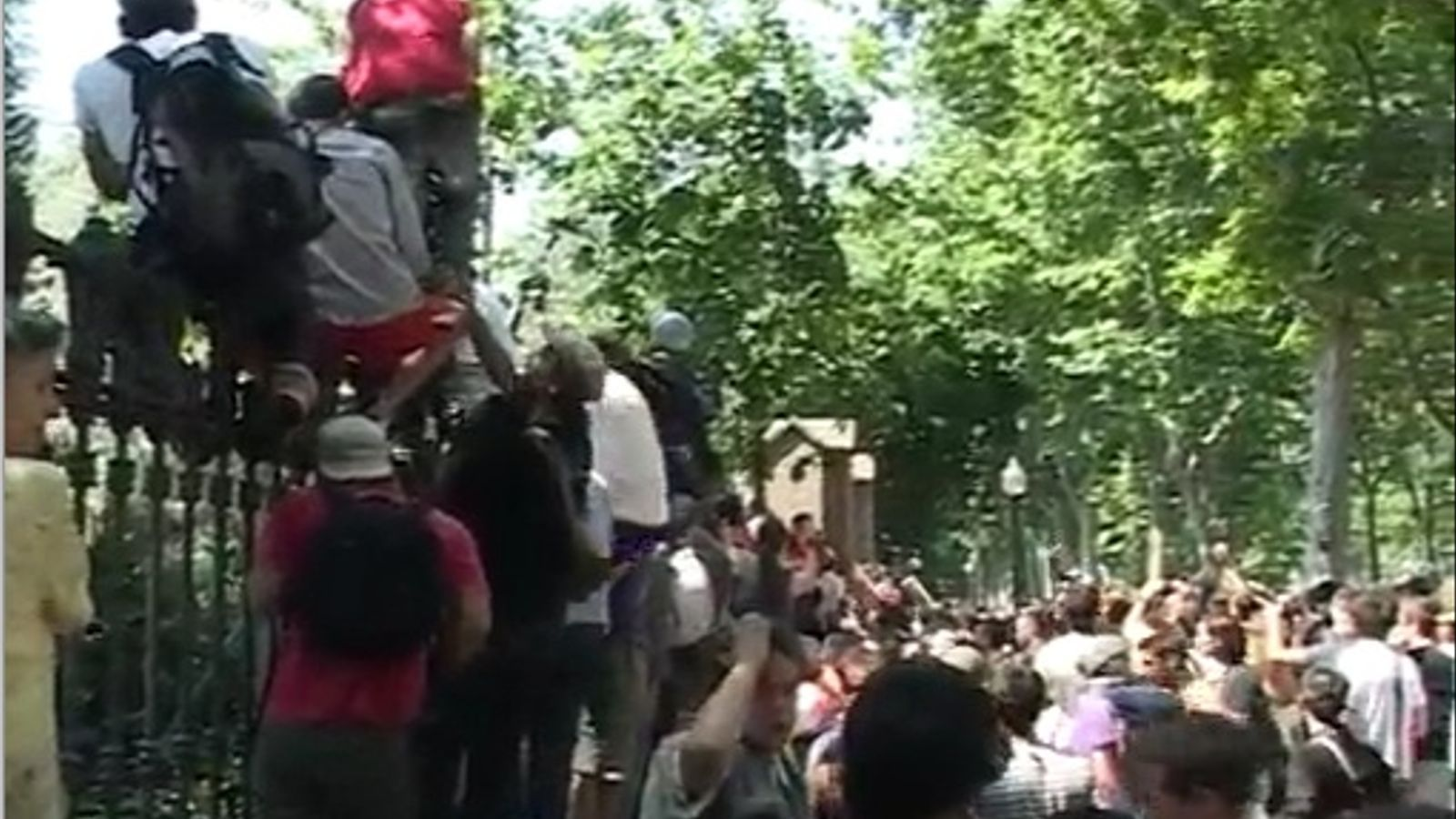 Els indignats llancen objectes als antiavalots mentre es retiren del Parc de la Ciutadella