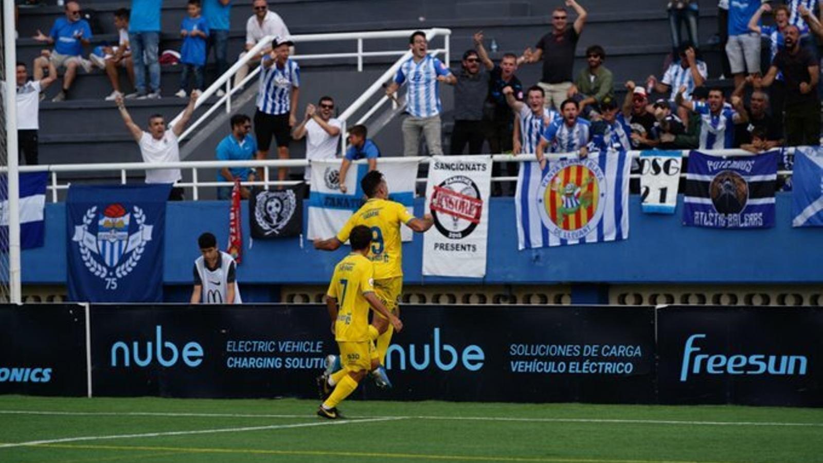 El davanter de l'Altètic Balears, Tony Gabarre, celebrant el gol de la victòria