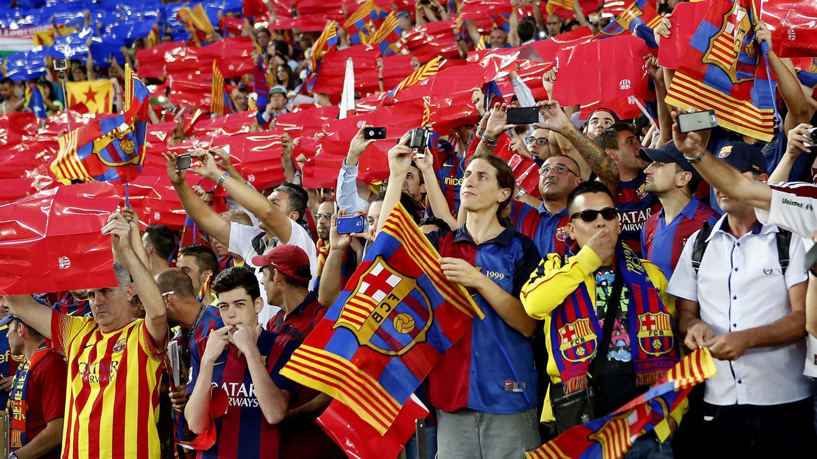 Aficionats del Barça xiulant l'himne espanyol abans de la final de la Copa del Rei del 2015 contra l'Athletic Club.