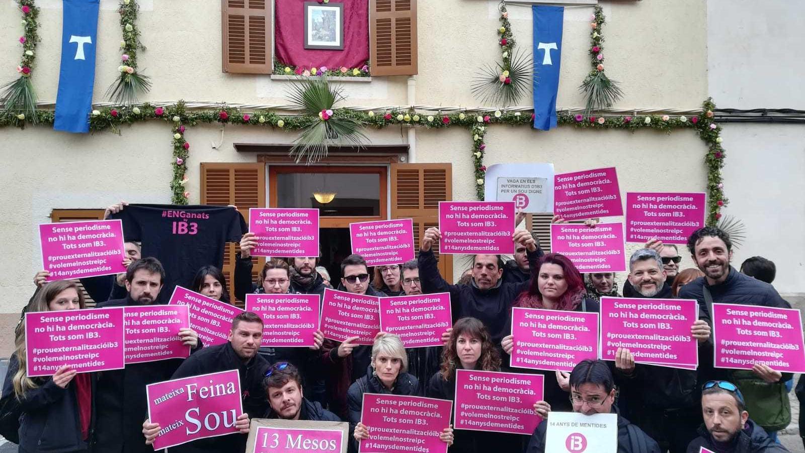 Treballadors d'IB3 reivindiquen els seus drets laborals a la festa de Sant Antoni de Manacor.