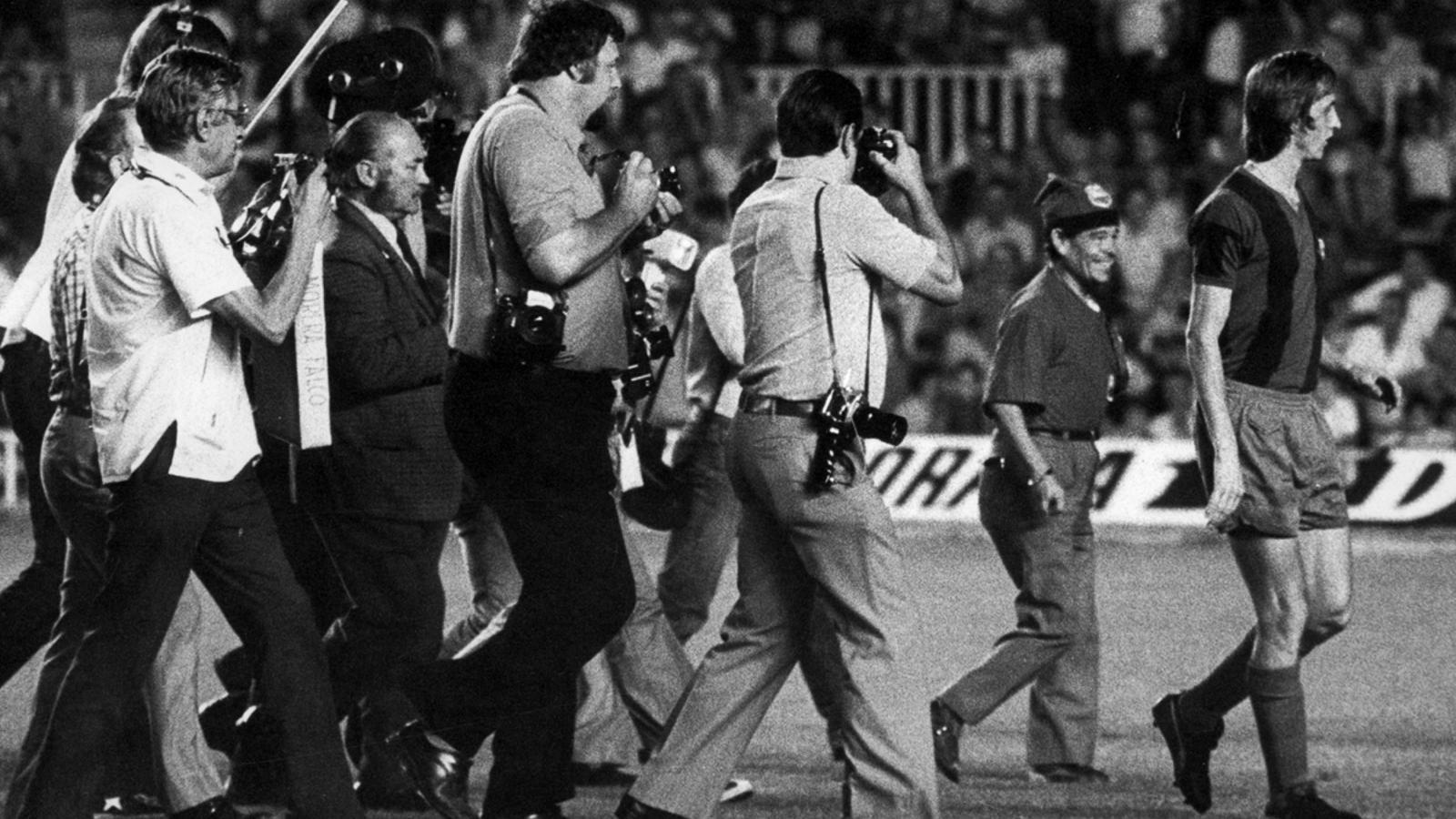 Els fotògrafs persegueixen a Cruyff el dia del seu debut l'any 1973.