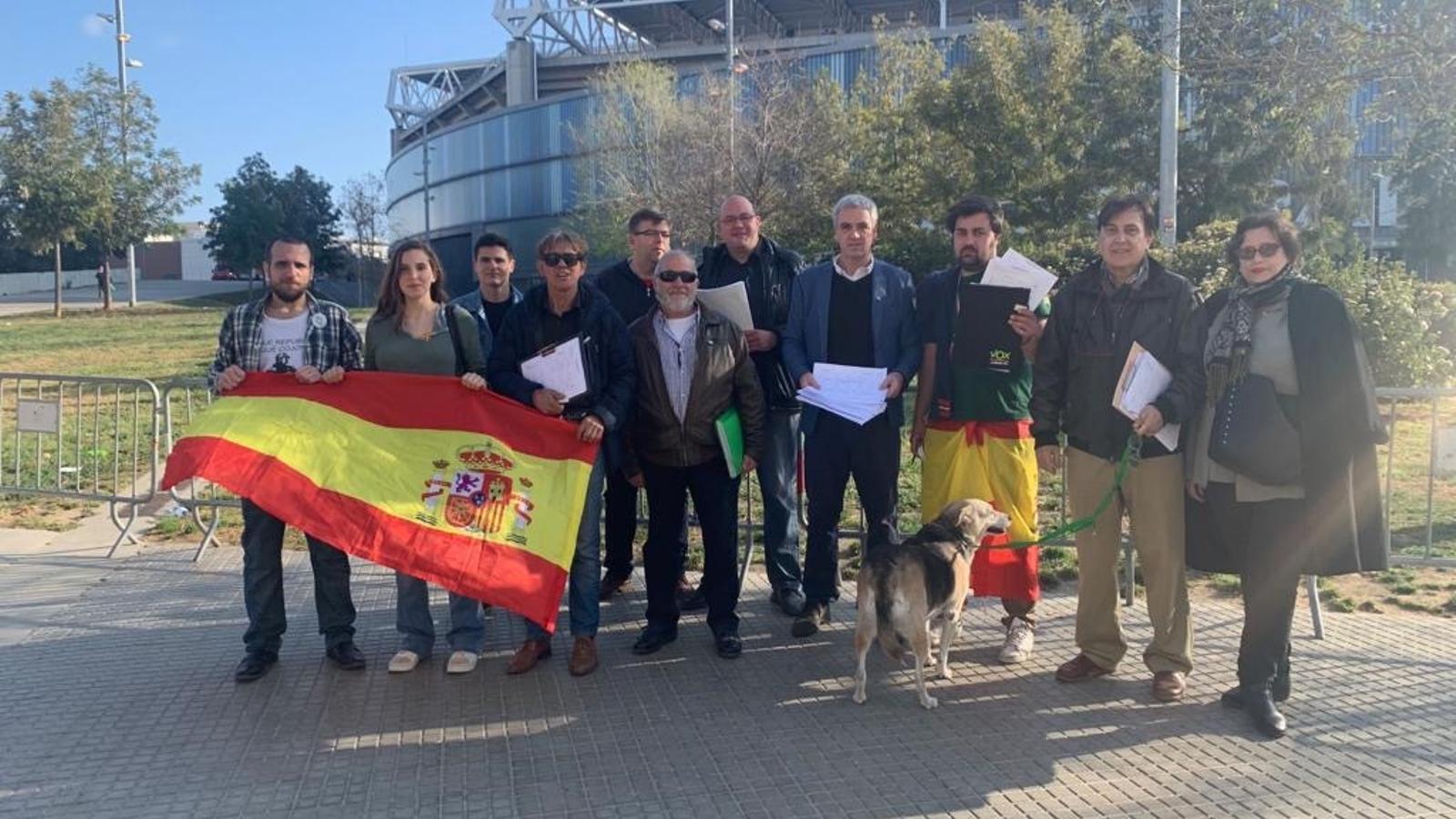 Vox va recollir signatures davant del camp de l'Espanyol