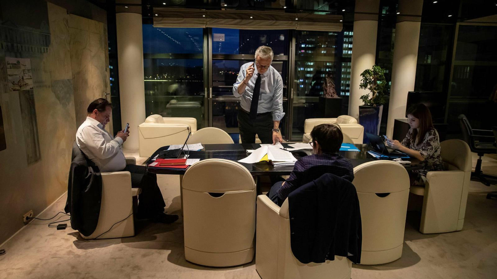 Bruno Le Maire, ministre de Finances francès, fent una trucada telefònica durant un recés de la trobada de l'Eurogrup que es va iniciar aquest dimarts i que acabarà avui.