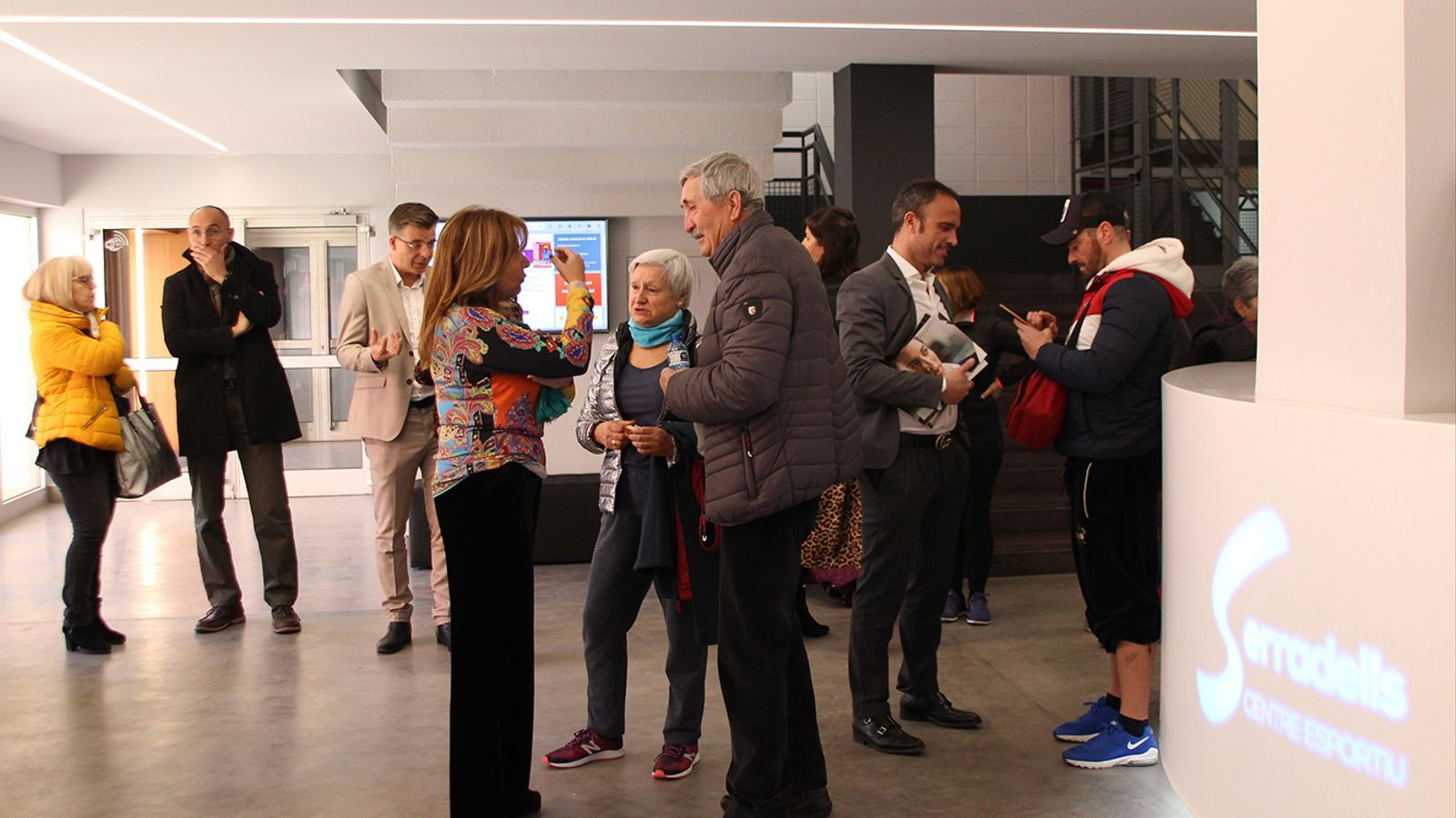 La cònsol major d'Andorra la Vella, Conxita Marsol, conversa amb usuaris del centre esportiu. / M. F. (ANA)
