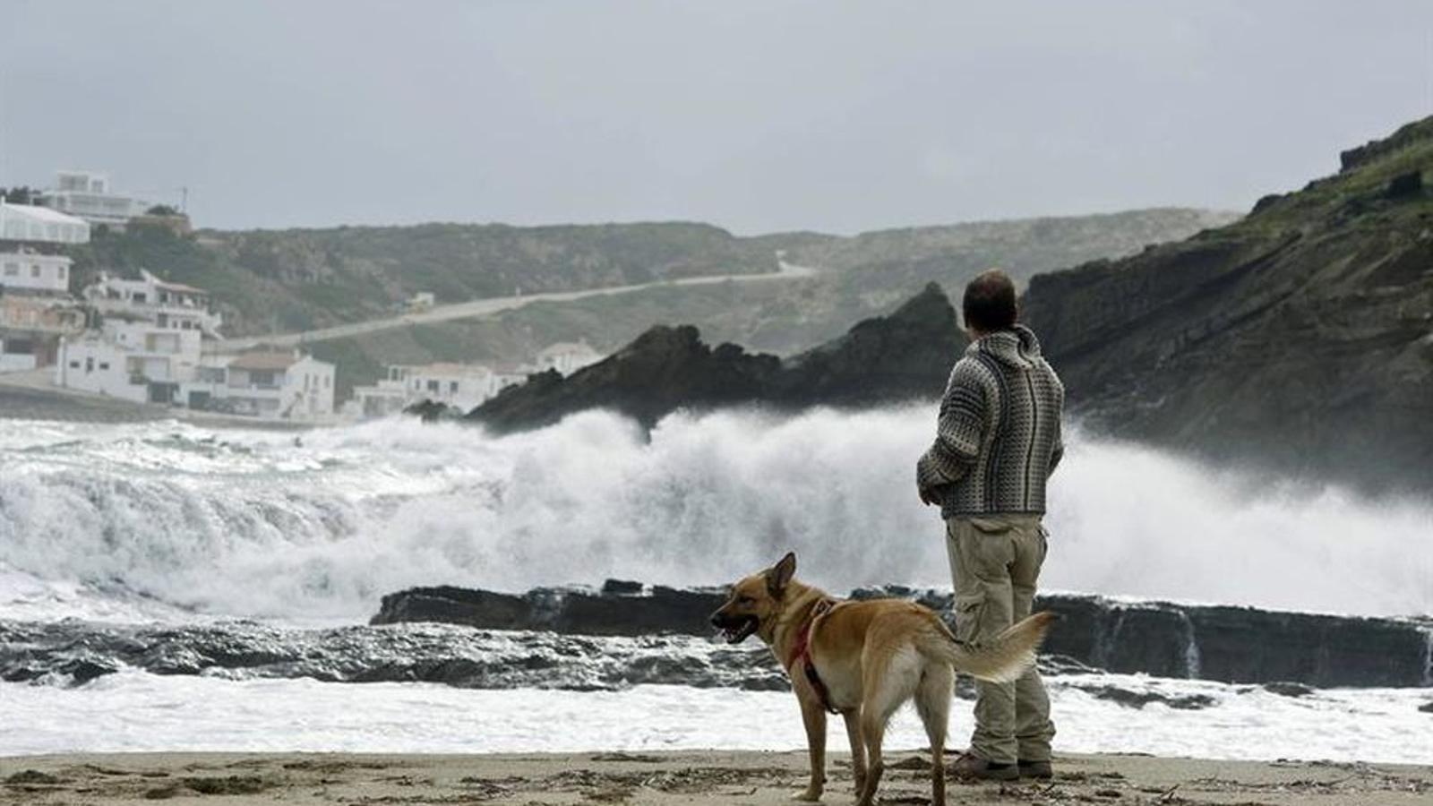 Imatge del temporal que fa una setmana tocava cala Sa Mesquida, a Maó, Menorca. / DAVID ARQUIMBAU