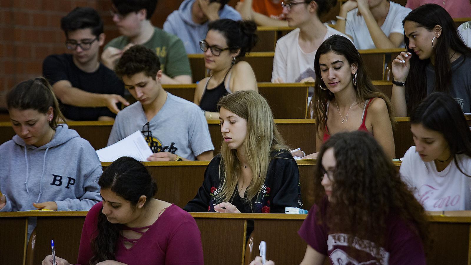 Un grup d'estudiants fent la selectivitat aquest any, a la facultat de biologia de la UB.
