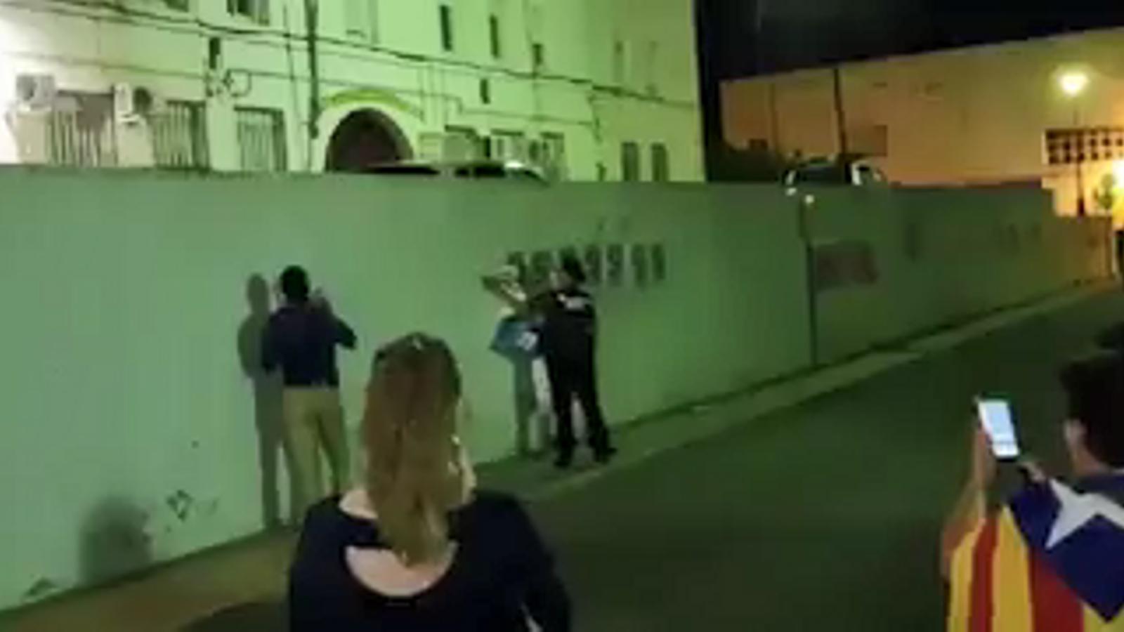 Guàrdies civils desenganxen cartells de la caserna de Valls el 20 de setembre