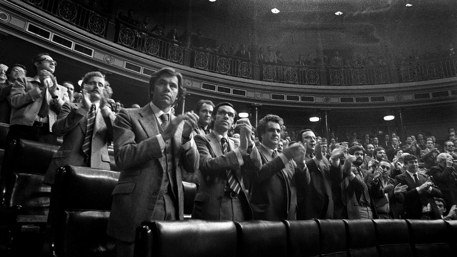Aplaudiments després d'aprovar la proposició de l'amnistia l'any 1977