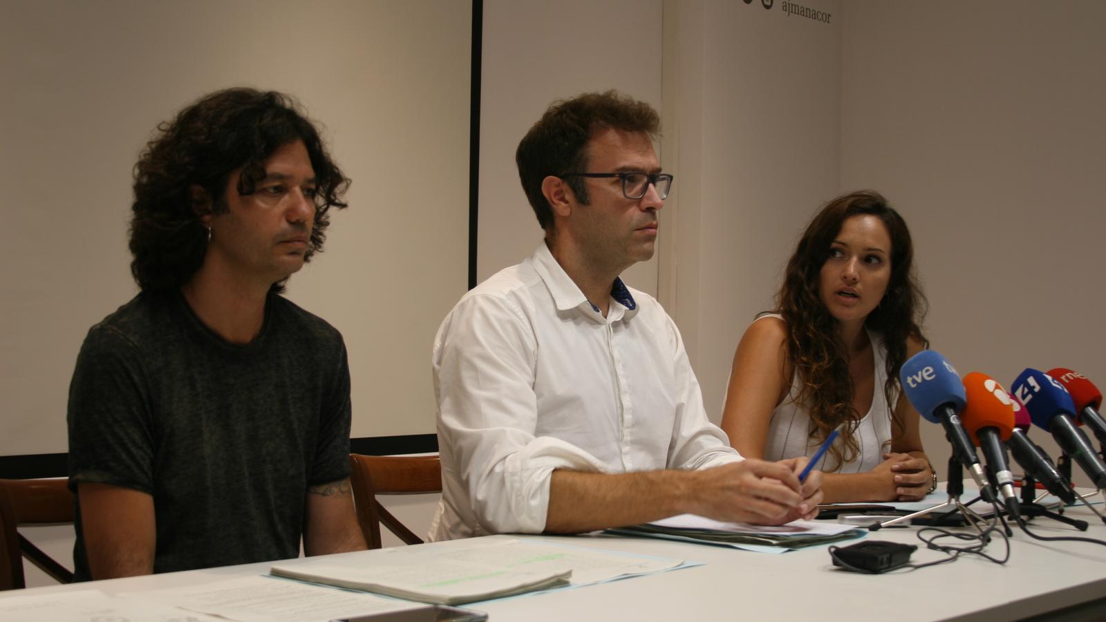 Representants del tripartit que governa l'Ajuntament durant la roda de premsa per explicació la situació del cementeri.