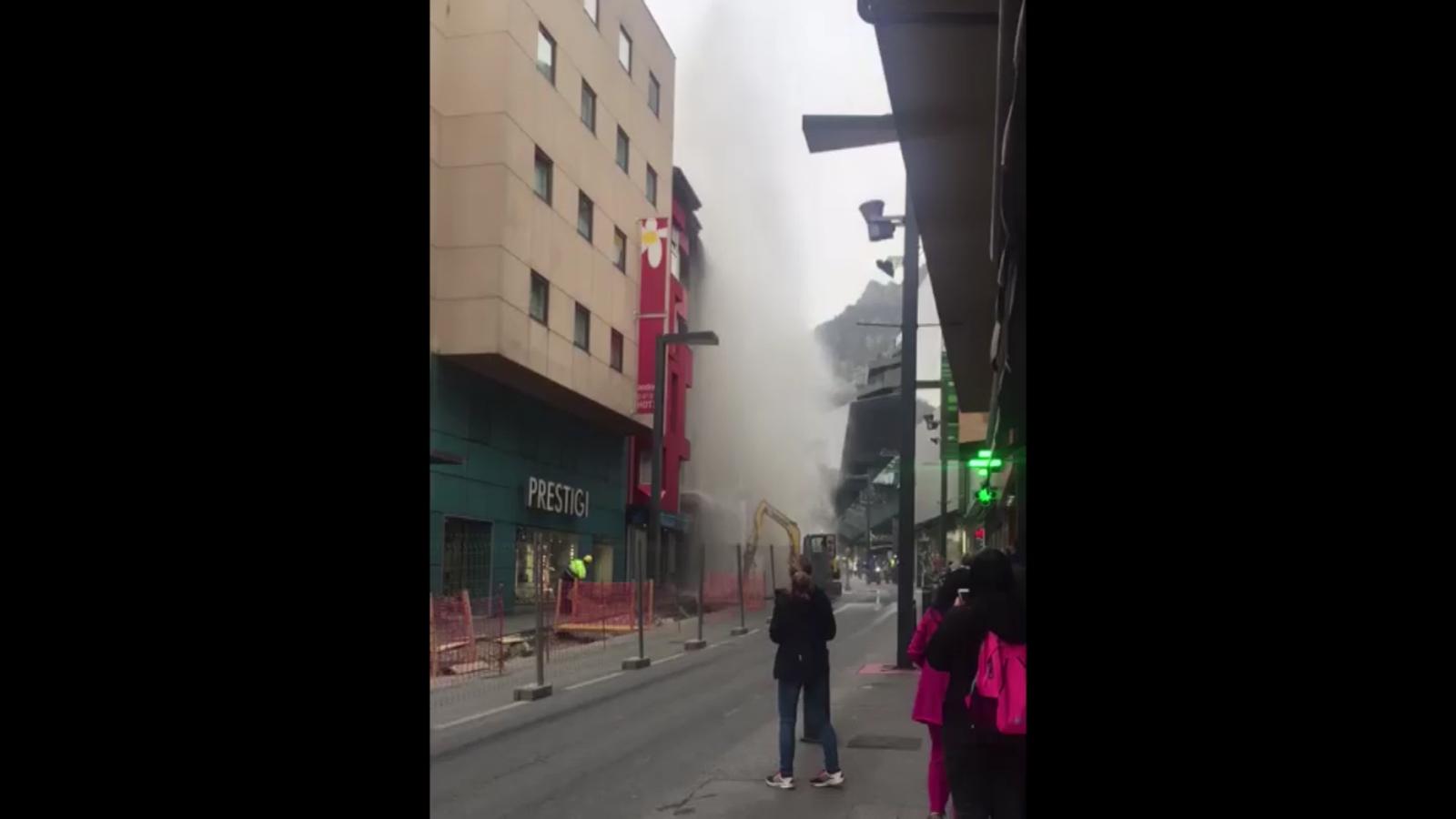 Espectacular fuita d'aigua a l'avinguda Meritxell a causa de les obres