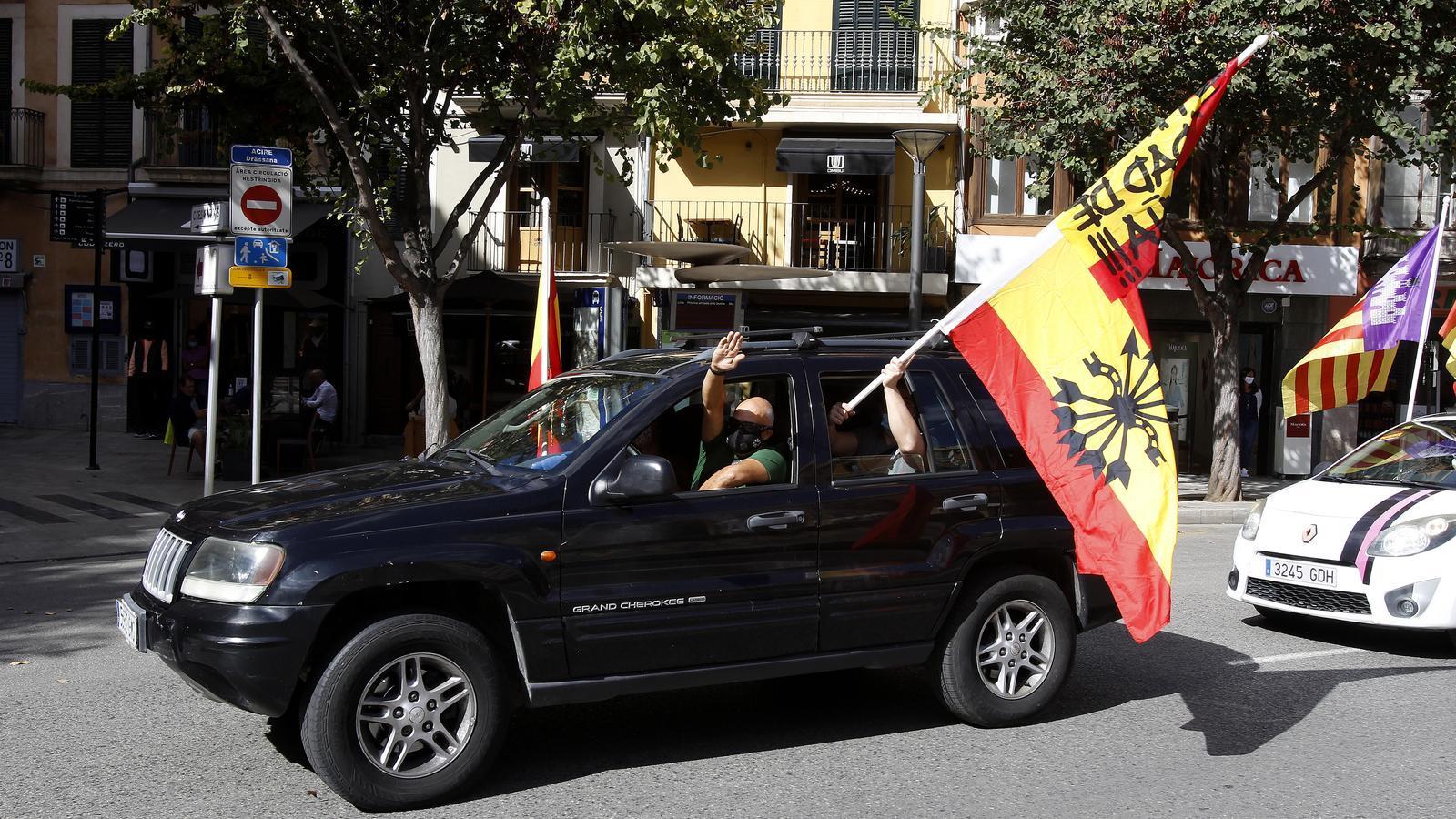 Banderes preconstitucionals i salutacions feixistes a la marxa del 12 d'octubre a Palma