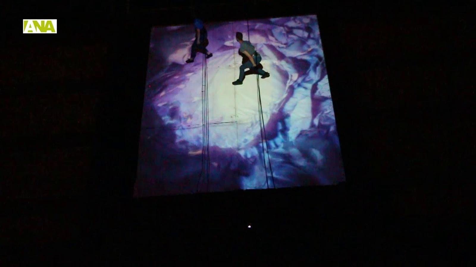 Danses aèries i música electrònica a la façana del Complex d'Encamp amb 'Llum'
