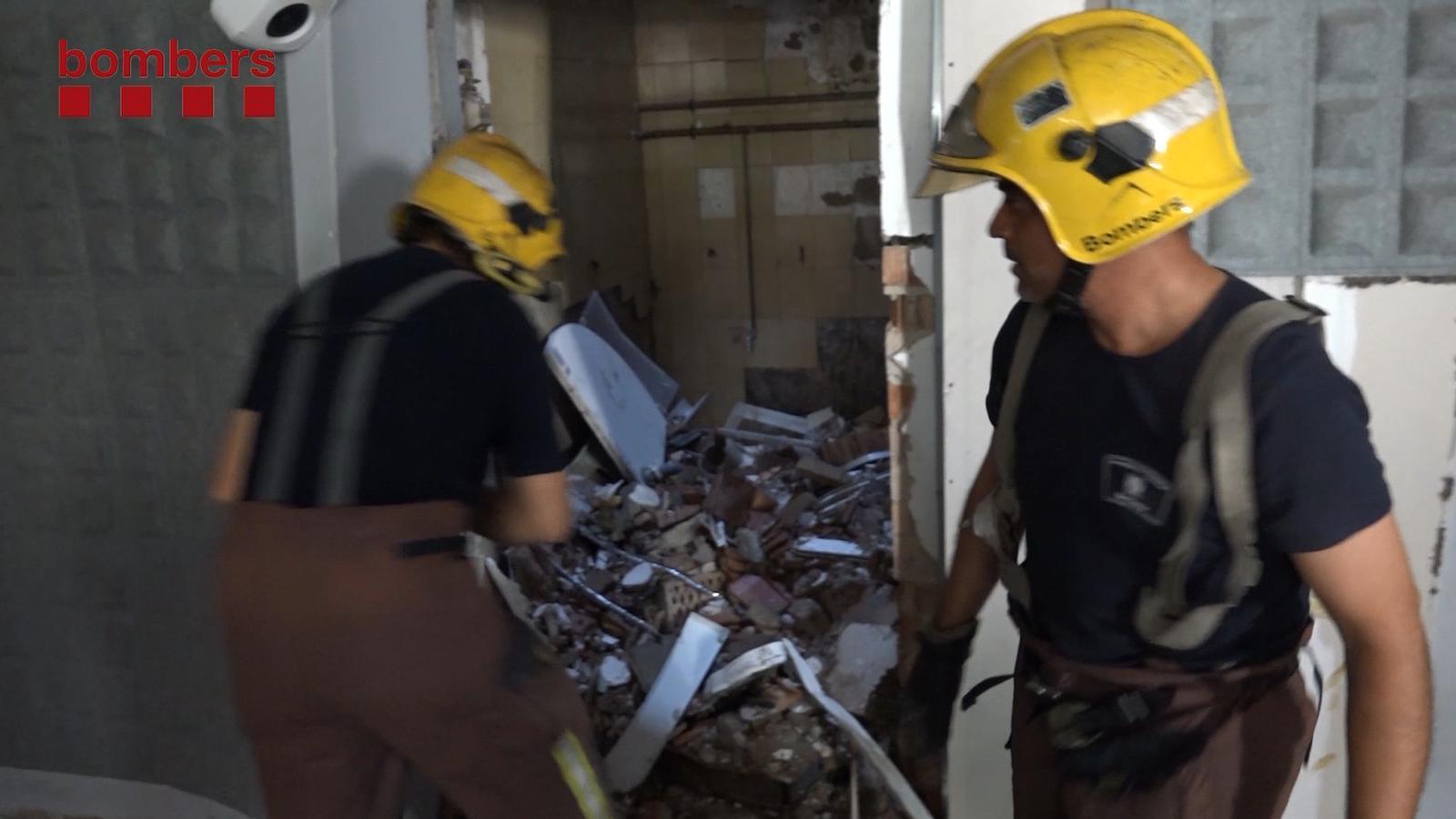 Els Bombers, treballant a la zona afectada per l'explosió en un pis de Premià de Mar