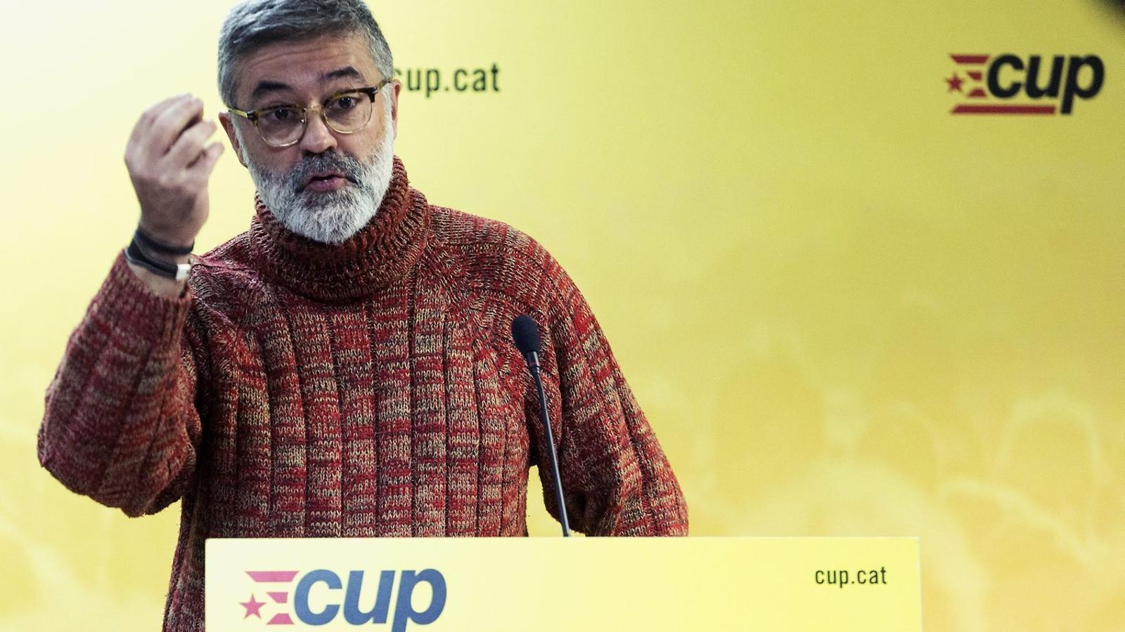 El diputat de la CUP Carles Riera ahir en la roda de premsa en què va traslladar el suport de la formació a les vagues dels sindicats d'ensenyament.