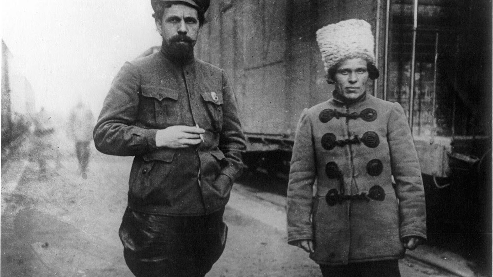 Imatge del 1918 del bolxevic Pavel Dibenko i el líder anarquista Nèstor Makhnó, que va fundar una república llibertària a Ucraïna