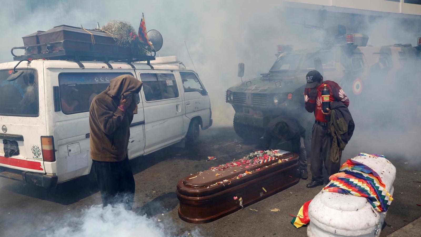 La policia va carregar amb gas lacrimogen contra la marxa amb taüts pels carrers de La Paz