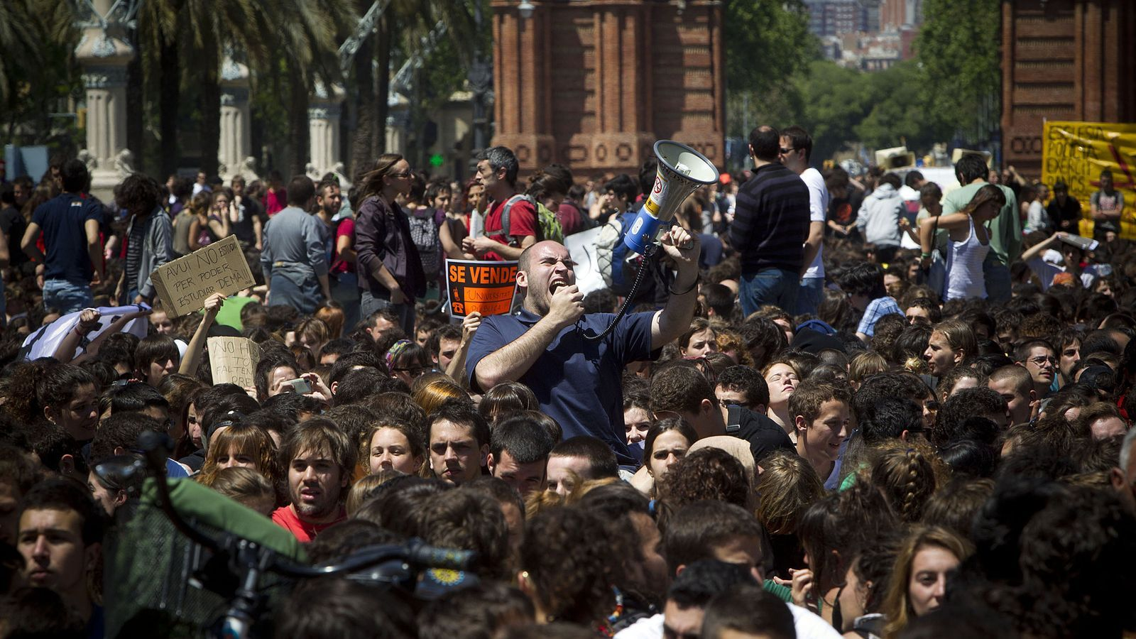 2.000 policies custodien la manifestació universitària al centre de Barcelona