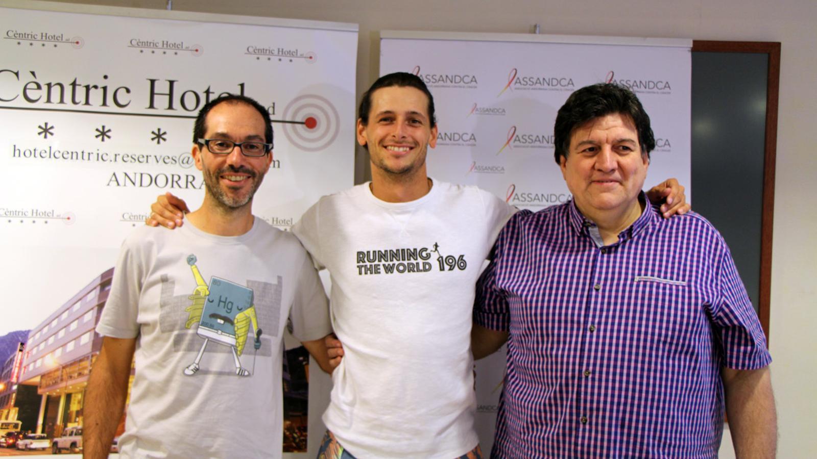 Els corredors Ángel Cortizo, Nick Butter i el president d'ASSANDCA Josep Saravia, en la roda de premsa de presentació del projecte Running the world 196. / T. N. (ANA)