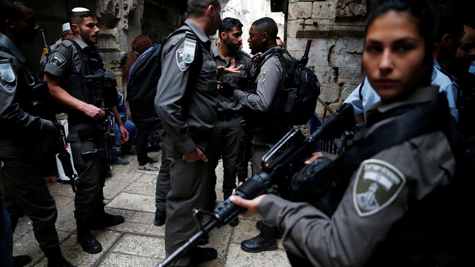 Forces de seguretat israelianes patrullen els carrers de la ciutat vella de Jerusalem.