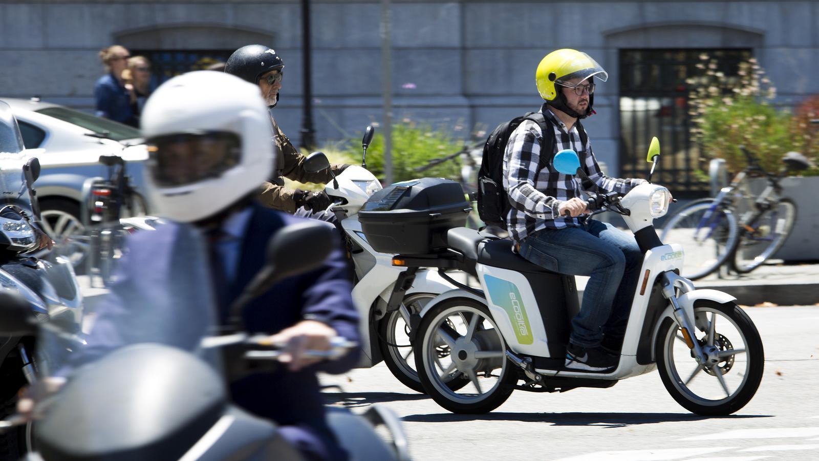 Barcelona rebaixa de 21 a 12 les empreses que gestionaran flotes de motos compartides