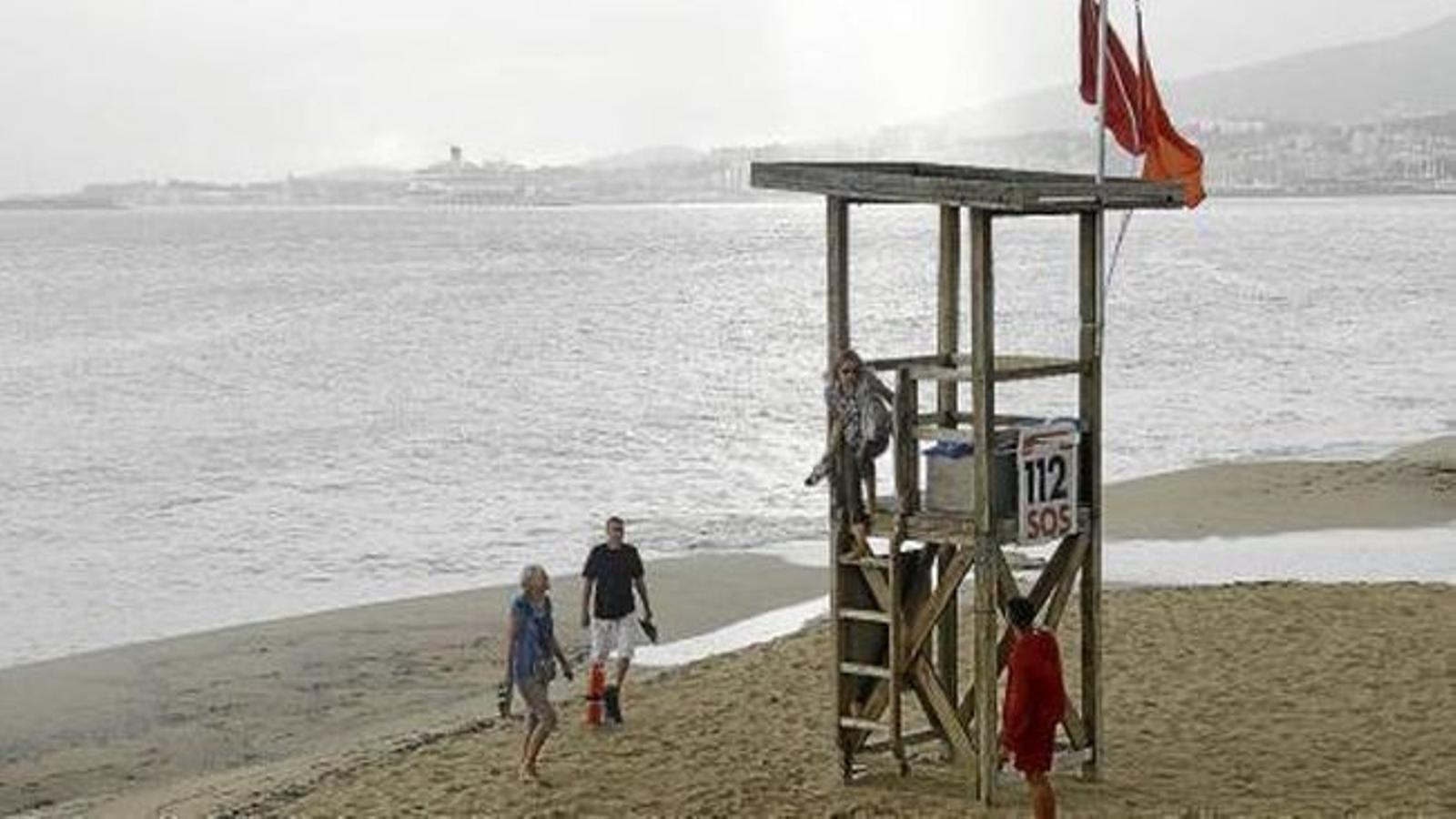 La bandera vermella prohibeix el bany a Can Pere Antoni.