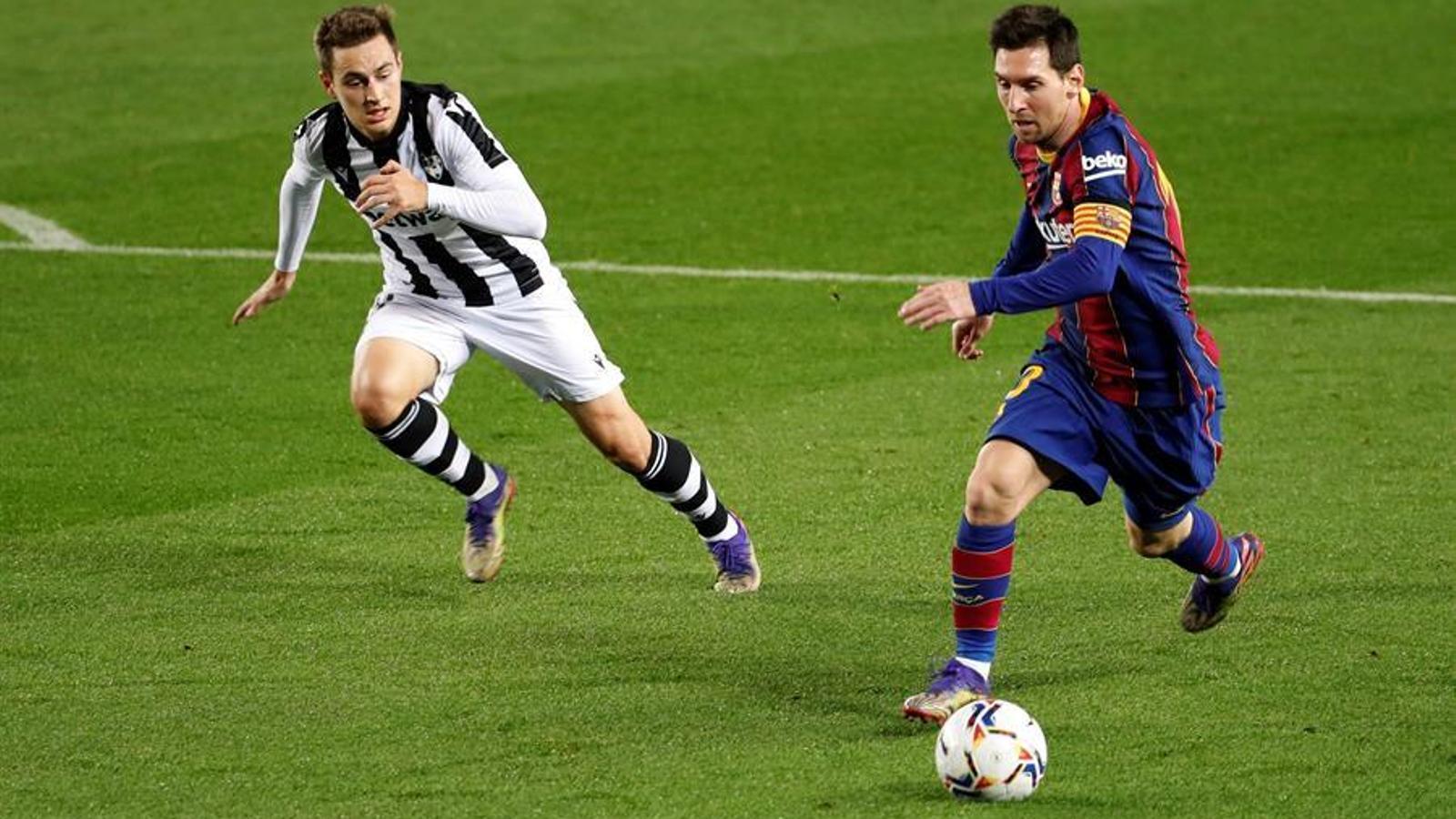 Messi evita que el Barça cremi a la foguera